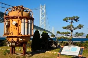 淡路,道の駅公園から見た明石海峡大橋の写真素材 [FYI01548574]