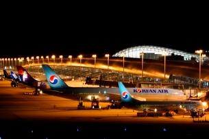 展望台からの関西国際空港夜景の写真素材 [FYI01548678]