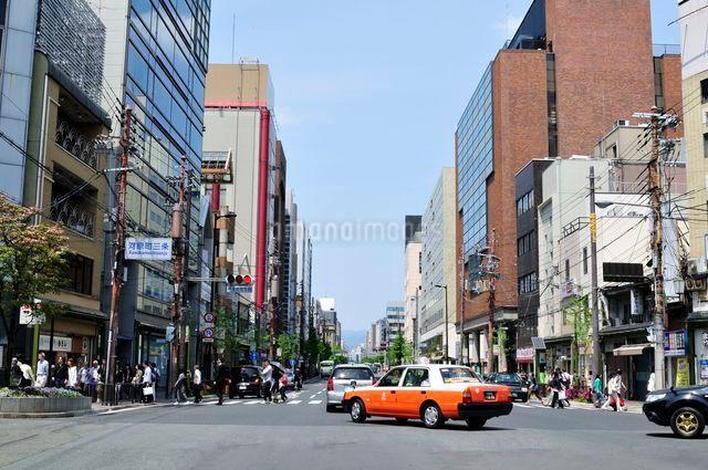 京都 河原町三条交差点街並みの写真素材 [FYI01548794]