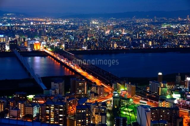梅田スカイビル空中庭園からの夜景の写真素材 [FYI01548813]