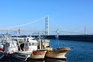 淡路,岩屋漁港から明石海峡大橋を見るの写真素材 [FYI01548919]