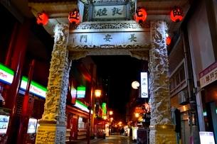 神戸南京町の夜景の写真素材 [FYI01548966]
