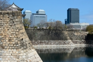 桜咲く大阪城公園からビジネスパークを見るの写真素材 [FYI01549111]