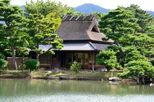 琴の浦 温山荘園 東池から浜座敷を見るの写真素材 [FYI01549409]