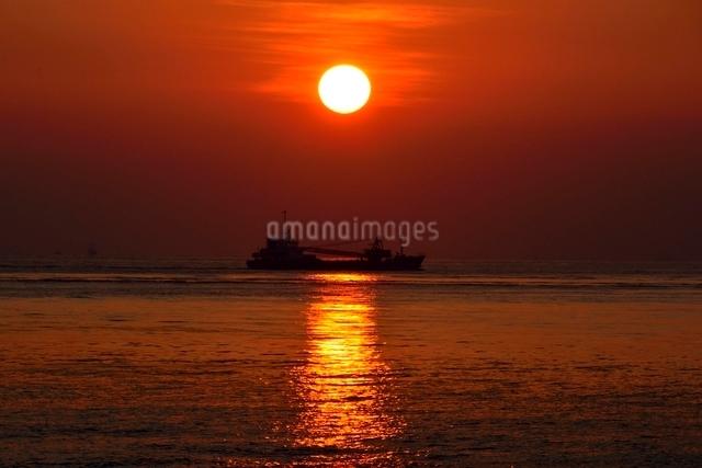 舞子公園から見た播磨灘に沈む夕日の写真素材 [FYI01549477]