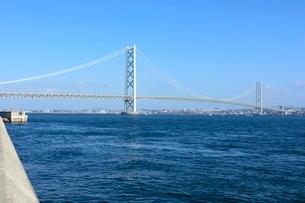 淡路,岩屋漁港から明石海峡大橋を見るの写真素材 [FYI01549493]