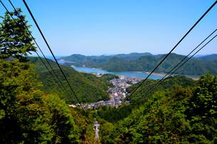 新緑 城崎温泉 ロープウエイ山頂からの街並みの写真素材 [FYI01549567]
