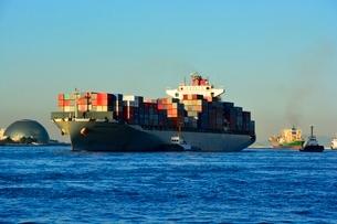 大阪 南港コンテナ基地にコンテナ船が入港の写真素材 [FYI01549604]