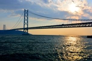 神戸,夕日と明石海峡大橋の写真素材 [FYI01550357]