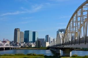 淀川にかかる大橋と梅田ビル街の写真素材 [FYI01550405]
