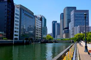 新緑 大阪中之島公園から淀屋橋方面の写真素材 [FYI01550487]