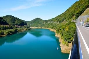 和歌山県,国道426線と日高川の清流の写真素材 [FYI01550621]