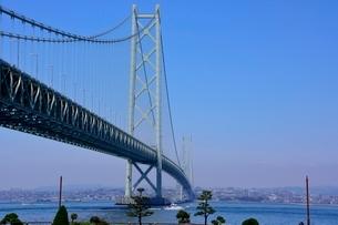 淡路道の駅からの明石海峡大橋を見るの写真素材 [FYI01550798]