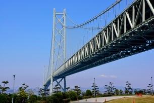 淡路道の駅からの明石海峡大橋を見るの写真素材 [FYI01550851]
