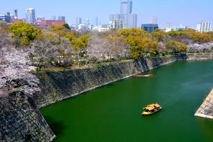 桜,大阪城内濠屋形船の写真素材 [FYI01551034]