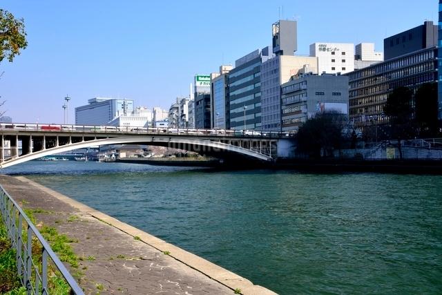 大川と天神橋のビル街の写真素材 [FYI01551231]