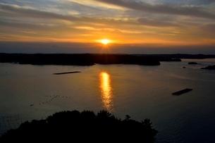 賢島から見たあご湾からの朝日の写真素材 [FYI01551292]