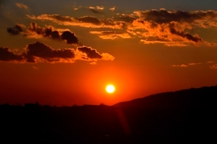 大晦日,六甲山並みに沈む夕日の写真素材 [FYI01551306]