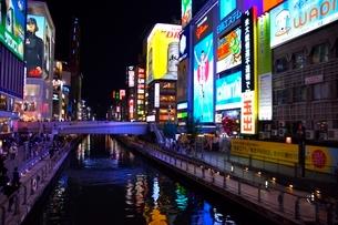 大阪,道頓堀の夜景の写真素材 [FYI01551361]