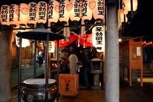 大阪 夜の法善寺の写真素材 [FYI01551382]
