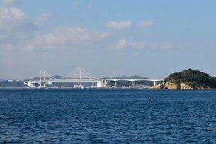 鳴門海峡から大鳴門橋を望むの写真素材 [FYI01551426]