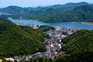 新緑 城崎温泉 ロープウエイ山頂からの街並みの写真素材 [FYI01551494]