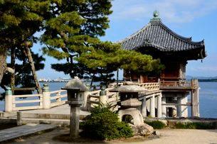 琵琶湖 海門山満月寺浮御堂の写真素材 [FYI01552235]