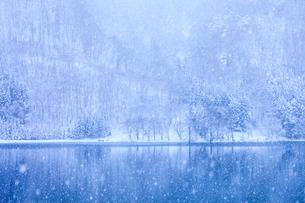 中綱湖と雪の写真素材 [FYI01554532]