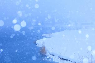 雪と中綱湖の写真素材 [FYI01554589]
