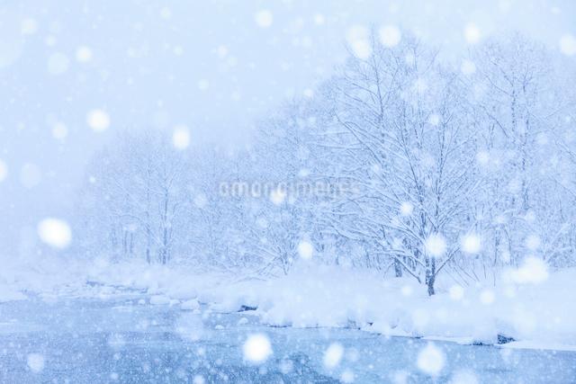 松川と雪の写真素材 [FYI01555031]
