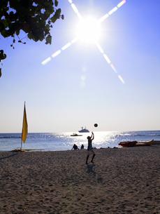 モルディブの日中の砂浜でのビーチバレーの写真素材 [FYI01555580]