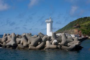 母島の港の灯台の写真素材 [FYI01556129]