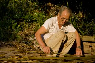 竹で支柱作りの写真素材 [FYI01556315]
