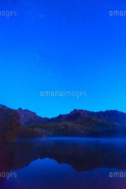 鏡池と戸隠連峰と星空の写真素材 [FYI01556357]