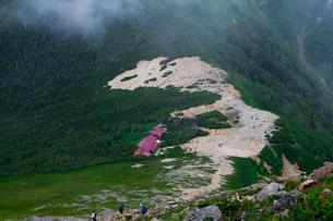 常念岳下山中に見た常念小屋と登山者の写真素材 [FYI01556359]