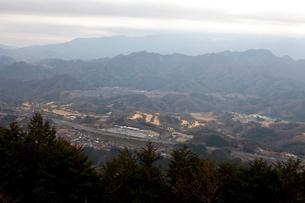 甲東三山から見た談合坂サービスエリアと団地「コモアしおつ」の写真素材 [FYI01556378]