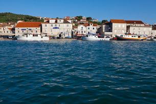 アドリア海沿岸に立ち並ぶ家々と人の写真素材 [FYI01556559]