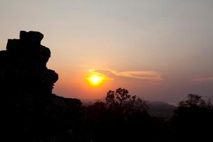 プノン・バケン(丘上式寺院)と夕日の写真素材 [FYI01556658]