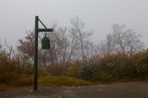 八海山中腹の休憩所・避難所前の鐘の写真素材 [FYI01556711]