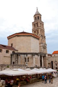 ディオクレティアヌス宮殿大聖堂と観光客の写真素材 [FYI01556854]