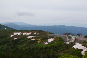 八幡平のレストハウスと登山者の写真素材 [FYI01556879]