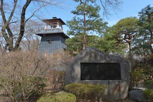 沼田城址公園にある「沼田の歌」西沢 爽の歌碑と鐘楼の写真素材 [FYI01556923]