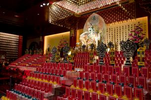 仏教寺院「新加坡佛牙寺龍牙院」の仏像の写真素材 [FYI01556946]