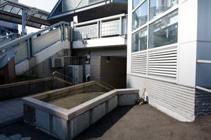 大震災で壊れた新浦安駅エレベーターの土台部分の写真素材 [FYI01556954]