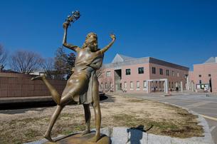 牛久市中央生涯学習センター前にあるふれあいの像の写真素材 [FYI01556979]