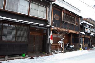 正月を祝い日の丸の旗を飾る飛騨高山の町並みの写真素材 [FYI01556984]