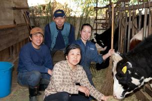 酪農家の家族の写真素材 [FYI01557014]