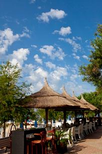 アドリア海沿岸と海水浴客の写真素材 [FYI01557030]