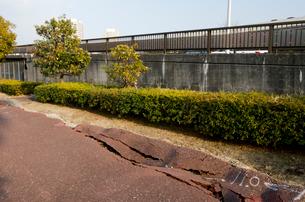 高洲地区 大震災の液状化災害で壊れた道路の写真素材 [FYI01557057]