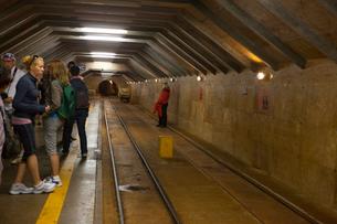 ポストイナ鍾乳洞とトロッコ電車を待つ乗客の写真素材 [FYI01557072]